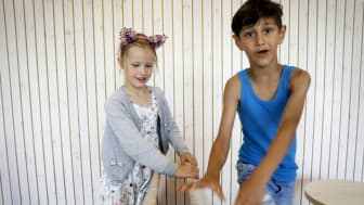 Rebecca och Baris, 6 resp 7 år, går i förskolan på Hyllevångsskolan.