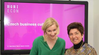 Frau Professor Sylva Záková Talpová von der Masaryk University in Brünn (links) mit Frau Prof. Sanchez-Bengoa von der HdWM (rechts) nach der Vorlesung zum Thema Business Culture.