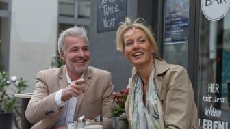 Nicht nur zur Ferienzeit beliebt: der Besuch im Straßencafé. Damit auch hier die Verständigung gut funktioniert, kommt es auf gutes Hören an. Hörtest und individuelle Beratung gibt es bei den Partnerakustikern der Fördergemeinschaft Gutes Hören.