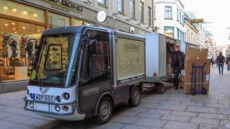 Stadsleveransen på plats på Kungsgatan mitt i Göteborg. De elektriska dragbilarna har två paketvagnar på släp. Bild: Göteborgs Stad