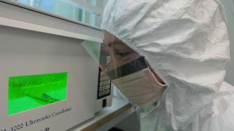Edana Lord i DNA labbet