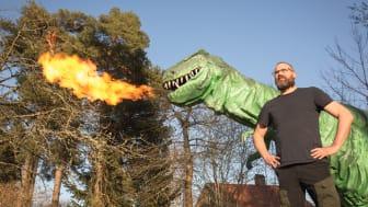 Oskar Magnusson, dinosaurieägare, tillsammans med sin T-Rex som han räddade från en nedstängd nöjespark 2016. Nu tar han över Blocket för att hitta ett nytt hem åt sina dinosaurier.
