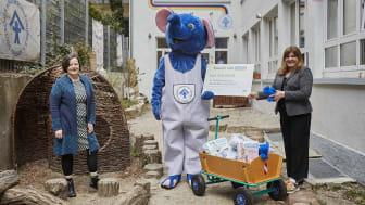 Andrea Mayer, Markenmanagerin von babylove (rechts), übergibt den Spendenscheck Doris Möller-Espe (links), Geschäftsführerin des DKSB Ortsverbandes Pforzheim Enzkreis e. V., und dem Maskottchen der Kinderhäuser.