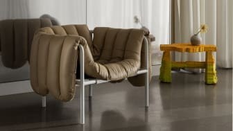 Fåtöljen Puffy Lounge Chair designad av Faye Toogood