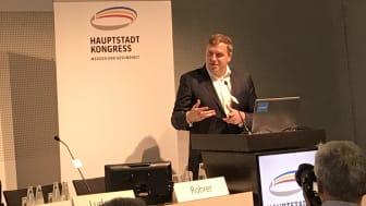 """Gottfried Ludewig, Abteilungsleiter Digitalisierung und Innovation im BMG, eröffnet die Podiumsdiskussion zur """"Digitalisierung im Gesundheitswesen - Chancen für die Apotheke vor Ort"""" mit einem Eingangsstatement."""