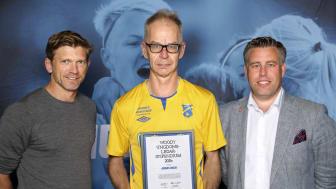 Jonas Wigh tar emot Woody Ungdomsledarstipendiet. Här tillsammans med Jesper Blomqvist och Mikael Tykesson.