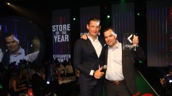 Varehuschef Christian Stoltenberg, th., modtager her prisen fra adm. direktør i Elgiganten, Peder Stedal, tv.