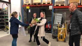 Anna Thore (S) överlämnade Kalmar kommuns klimatpris för 2021 till Emma Järvholm Höglander, projektledare på Riksbyggen Sydost. På plats var även Karin Hoberg och Magnus Laneborg från Riksbyggen. Foto: Birgitta Hultman, Barometern