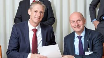 Per Spåls, Head of RE&FM Nordic Vattenfall, och Gary Kidd, vd ISS Sverige, vid signeringen av det nya partnerskapsavtalet mellan Vattenfall och ISS.