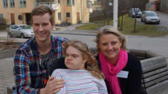 Hillevi Larsson ( i mitten) tillsammans med sina anhöriga Joakim Larsson, bror och mamma Marie Arvidsson