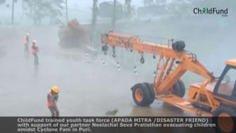 Barn räddas från cyklonen