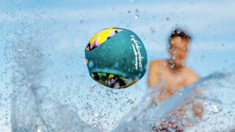 Waboba-bollen studsar snabbt och långt längst med vattenytan!