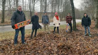 Roger Ahlén, ordförande Kultur- och fritidsnämnden och Gustav Löfholm, Tobias Åberg, Mia Schnitzler, Daniel Maronde och Pontus Pettersson från Lidköpings skateboardförening vid området där skateparken är planerad