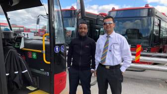 På bilden ser vi förare Osman Abshir från Transdev och Naim Mostafai från Flygbussarna.