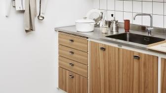 Overskabe med rullejalousi er praktiske i det lille køkken, da man undgår låger, der åbner ud i rummet.