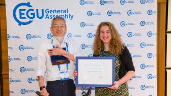 Pristagaren av Julius Bartels medalj 2019, Masatoshi Yamauchi, tillsammans med Olga Malandraki, biträdande president för divisionen solär-terrester fysik inom European Geoscience Union. Kredit: EGU/Foto Pfluegl (Bild för nedladdning nedan)