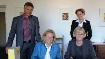 Bürgermeisterin Eva John (vorne links) und Ursula Jekelius vom Bayernwerk (vorne rechts) unterzeichneten im Beisein von Kämmerer Thomas Deller und Kommunalbetreuerin Silke Mall den Konzessionsvertrag.