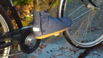 Regnöverdraget går snabbt att sätta på benen och gör att du kan cykla i dina vanliga skor.