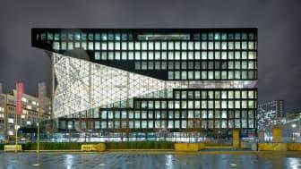 Die prägnante Fassade mit einem gläsernen Atrium kennzeichnet den Axel-Springer-Neubau im Herzen Berlins, entworfen vom renommierten niederländischen Architekten Rem Koolhaas (OMA). copyright: Dominik Tryba / Axel Springer SE