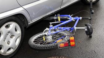 """Immer wieder passieren schwere Abbiegeunfälle zwischen Radfahrern, Bussen, Lkw und Pkw. Sehr häufig ist der sogenannte """"tote Winkel"""" Schuld.   Foto: SIGNAL IDUNA"""