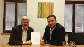 Carl-Harald Andersson (till vänster) och Maciej Reutt med det officiella registreringsdokumentet hos Notary Office in Wrocław.