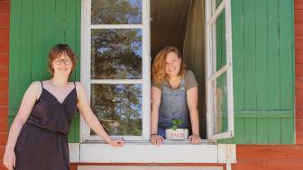Vännerna Tina Korkeamaa och Amy Riess driver Strandcafét på Hembygdsområdet i Gällivare