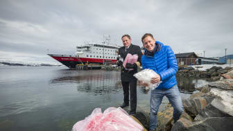 CUTS PLASTIC: One million plastic straws a year are among the single use plastic items that will be removed from all Hurtigruten ships. CEO Daniel Skjeldam and Hotel Manager Kristian Skar. Foto: ØRJAN BERTELSEN/Hurtigruten