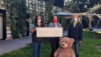 Claudia Burkhardt, Kerstin Stadler, Susann Stolper präsentieren stolz den Spendenscheck