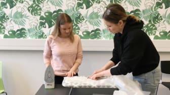 YG-eleverna i Solna gör skyddsutrustning till vården