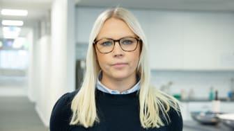 AddMobiles projekledare Sofia Schönbeck berättar om vad som rapporteras på en arbetsorder under pågående arbete Foto: AddMobile AB