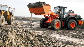 Hitachis 18-tonnare ZW220-6 lever upp till de europeiska miljökraven enligt Steg 4.