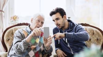 Hjälp någon du känner att komma igång med digitala tjänster.
