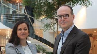 Jonas Abrahamsson, Swedavias vd, tillsammans med Giomar Nilsson, Corporate Foundations Relationship Manager, Svenska Röda Korset. Foto: Swedavia.