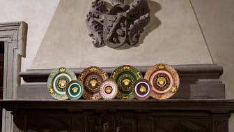 Sechs Farben, zwei Tellergrößen, eine Ikone: die neue Rosenthal meets Versace Serie Medusa Colours.