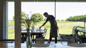 En medarbejder hos 'Spiseriet' på Søllestedgaard gør klar til servering.