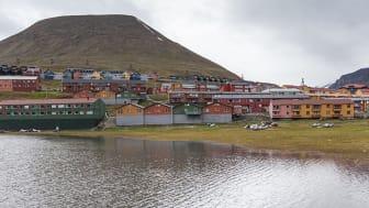 De ca 2400 innbyggerne i Longyearbyen slipper hvert år ut like mange mikrofibre i havet som de 1,3 millionene som bor i storbyen Vancouver, Canada. Illustrasjonsbilde: Colourbox
