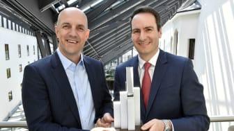 Stefan Hattenkofer (links), Vorstandsmitglied der Stadtsparkasse München, und Markus Putz, Direktor Treasury sowie Unternehmens-, Firmenkunden und Bauträger, freuen sich über die Auszeichnung.