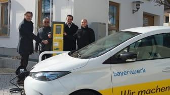 Wir machen Bayern e-mobil: Obertraublings Bürgermeister Rudolf Graß, Albert Bortenhauser vom Bauamt und Florian Goß und Daniel Pangerl vom Bayernwerk (v.l.) nehmen die neue Ladesäule in Betrieb.