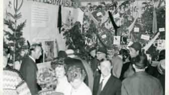 Telemark pelsdyralslag sin stand under Dyrsku'n i Seljord i 1966. Fra arkivet etter Dyrsku'n i Seljord/Vest-Telemark Museum.