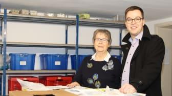 Gut organisiert: Elisabeth Stückemann, Vorstandsmitglied der Detmolder Tafel, zeigt Sebastian Wöhler, Kommunalreferent WWN, die Ausgaberäume.