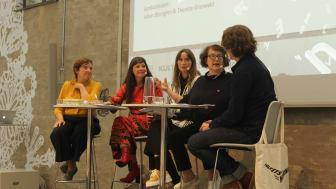 Folkets hörna på Novellfest 2019, på scenen fr.v: Therése Granwald, Cecilie Östby, Emilia Palmén, Monika Fagerholm och Johan Blomgren. Foto: Maria Lindberg