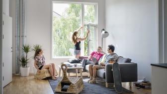Forskning pågår, dygnet runt. Här syns några av studenterna i gemensamt vardagsrum i HSB Living Lab. Foto: Felix Gerlach