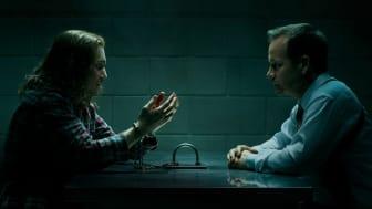 Kyle Gallner og Peter Sarsgaard spiller hovedrollerne i Interrogation, som får premiere på C More 18. september. (Flere billeder i bunden af pressemeddelelsen)