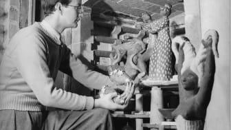 Stig Lindberg vid keramikugnen i Gustavsberg