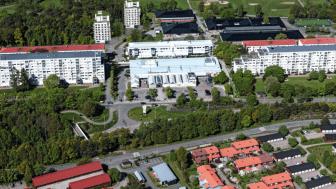 Visionsbild av Gårdstens centrum där de två punkthus som Riksbyggen planerar att uppföra med sammanlagt 80 bostadsrätter är inritade.