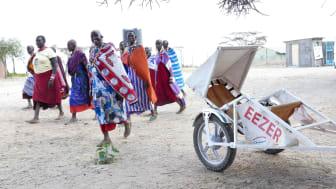 På bilden ses det ekipage som tillsammans med motorcykeln bildar MC-ambulansen som används i Burundi för att rädda kvinnors liv.
