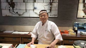 Norsk laks er en viktig ingrediens når mesterkokken Masayoshi Kazato lager sushi. (Foto: Christina Neumann/Norges sjømatråd)