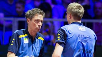 Mattias Falck lyssnar till Jörgen Persson under VM i Budapest tidigare i år. Foto: Manfred Schillings