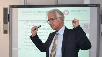 Prof. Dr. Hans Rüdiger Kaufmann bei m Vortrag. Archiv-Foto: Franz Motzko