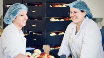 Två medarbetare på Rescued Fruits